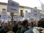 752. 011007. 13. Manifestación en las puertas juzgado de los afectados por el caso Almazaras. Diciembre 2005.